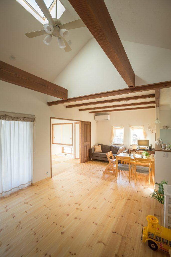 勾配天井+トップライトで明るく開放的なリビング