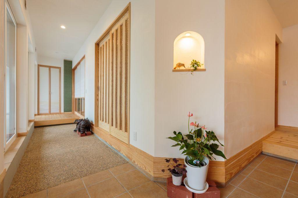 【ご両親世帯】左手は客間に通じる土間、右手は玄関ホールが広がる