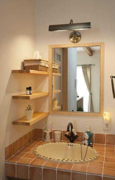 オリジナル洗面台。毎日鏡を見るのが楽しくなります。