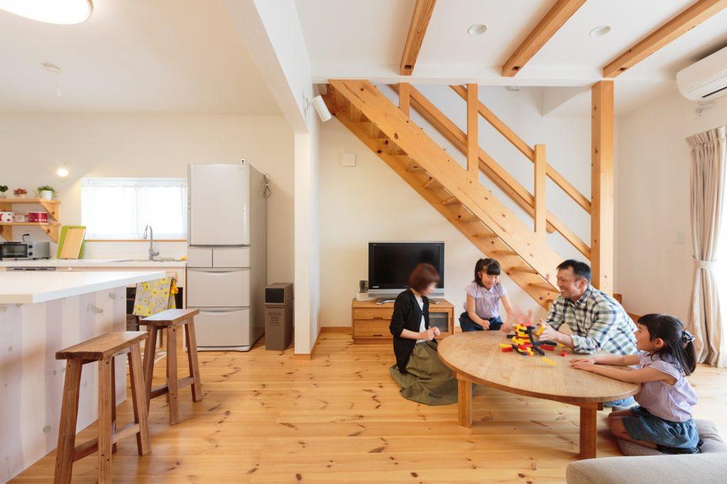 床座での生活+ストリップ階段+大きな窓+背の高い家具を置かない…等の工夫で、明るく開放的なLDKを実現