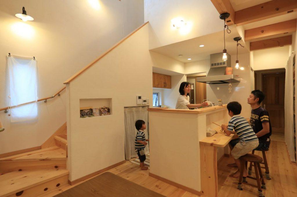 子どもが元気に遊びまわる、遊び心満載の家