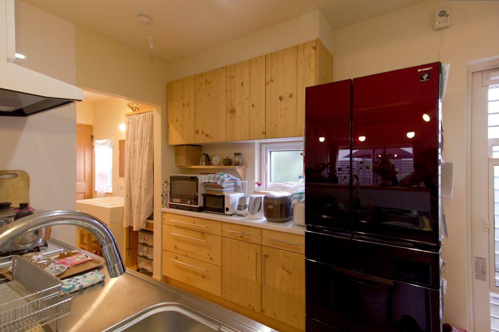 床材と同じ パイン で統一されたキッチン