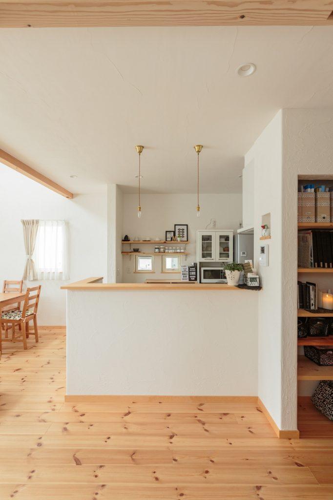 キッチンは、リビングも水回りスペースも見渡せる家の中心に配置