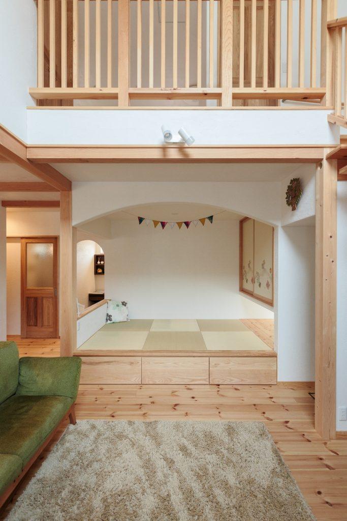 腰壁とアーチ壁で緩やかに仕切った小上がりの和室