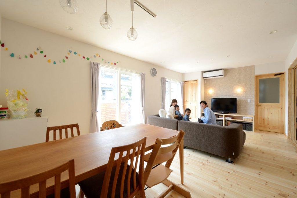 LDKは無垢の床と漆喰の壁で心地よい空間