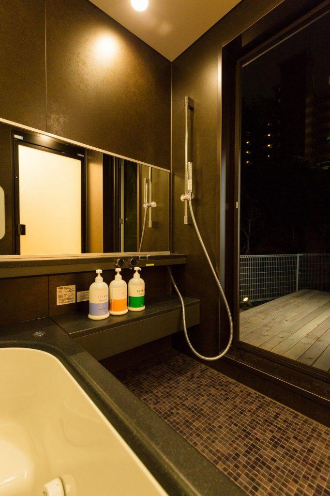 湯上がりに裸のままデッキに出て星空を楽しめるバスコート。脱衣所→浴室→ウッドデッキ→和室へと続く洗濯動線も兼ねている。