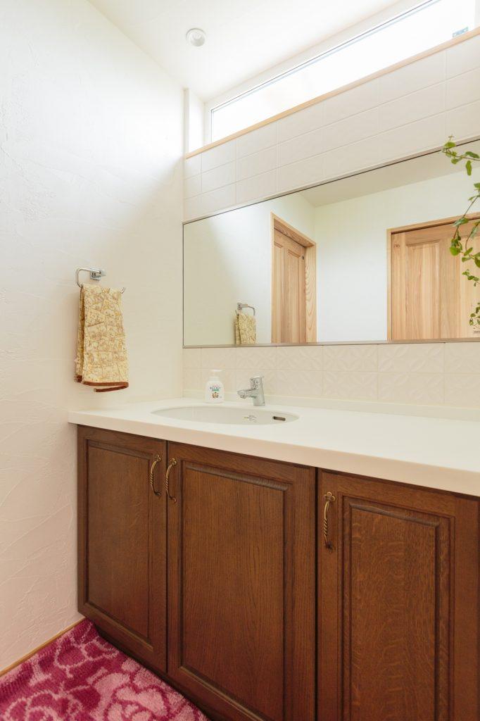 家族が並んで歯磨きできる大きな鏡のある洗面スペース