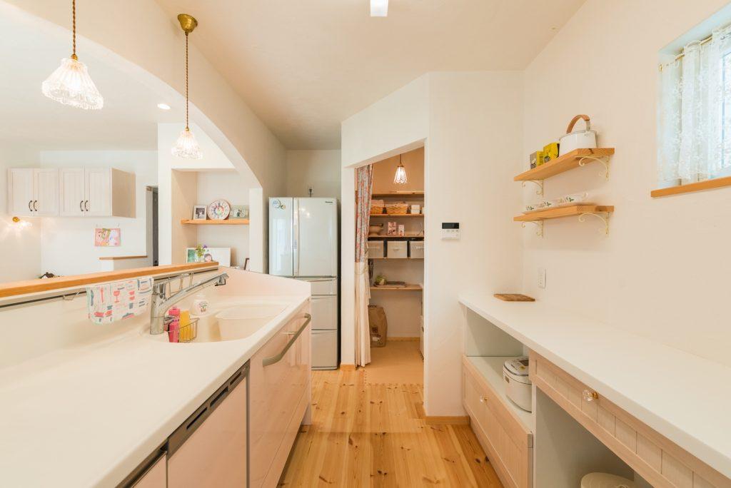 パントリーに大容量収納を確保したことで、キッチンはすっきり可愛く