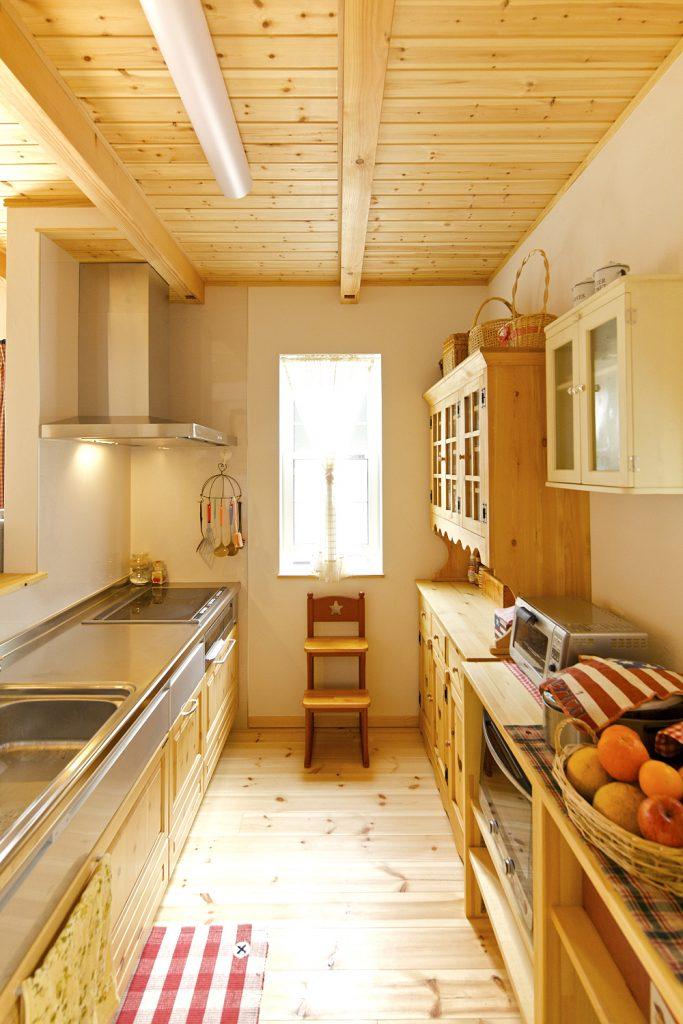 かわいらしいデザインの食器棚。窓から優しい日の光も差し込んで、より楽しい料理タイムを演出。