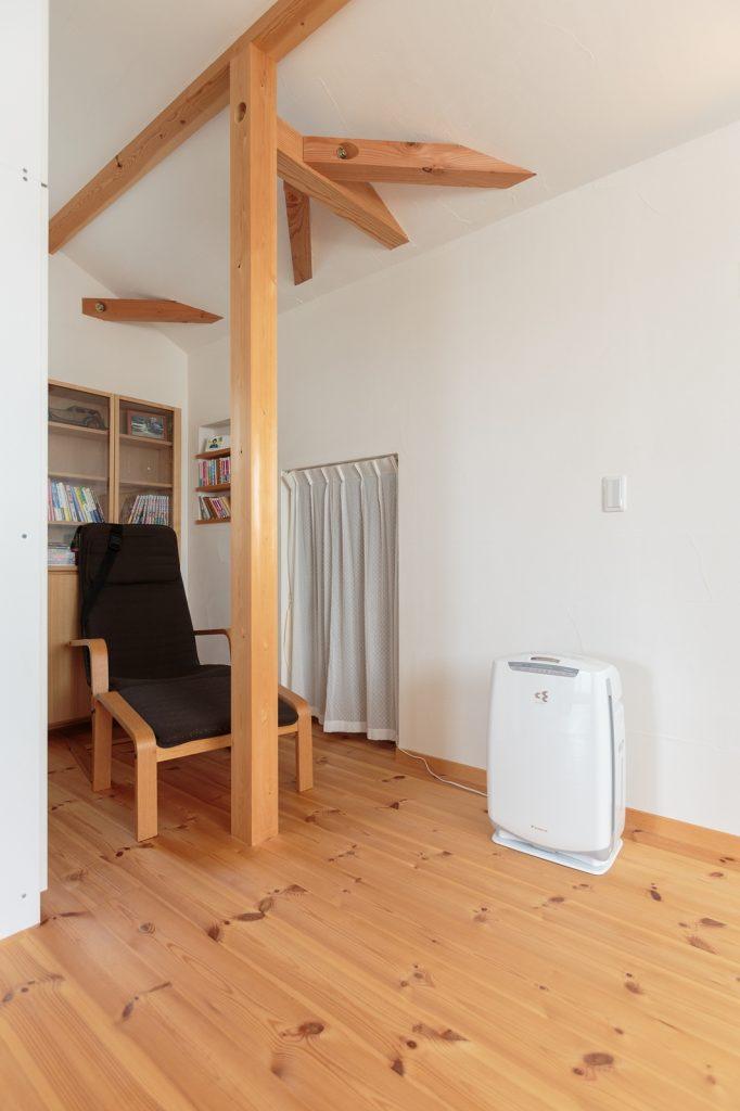 ご主人様の書斎の脇には、6畳もある小屋裏収納へ繋がる秘密の出入り口が