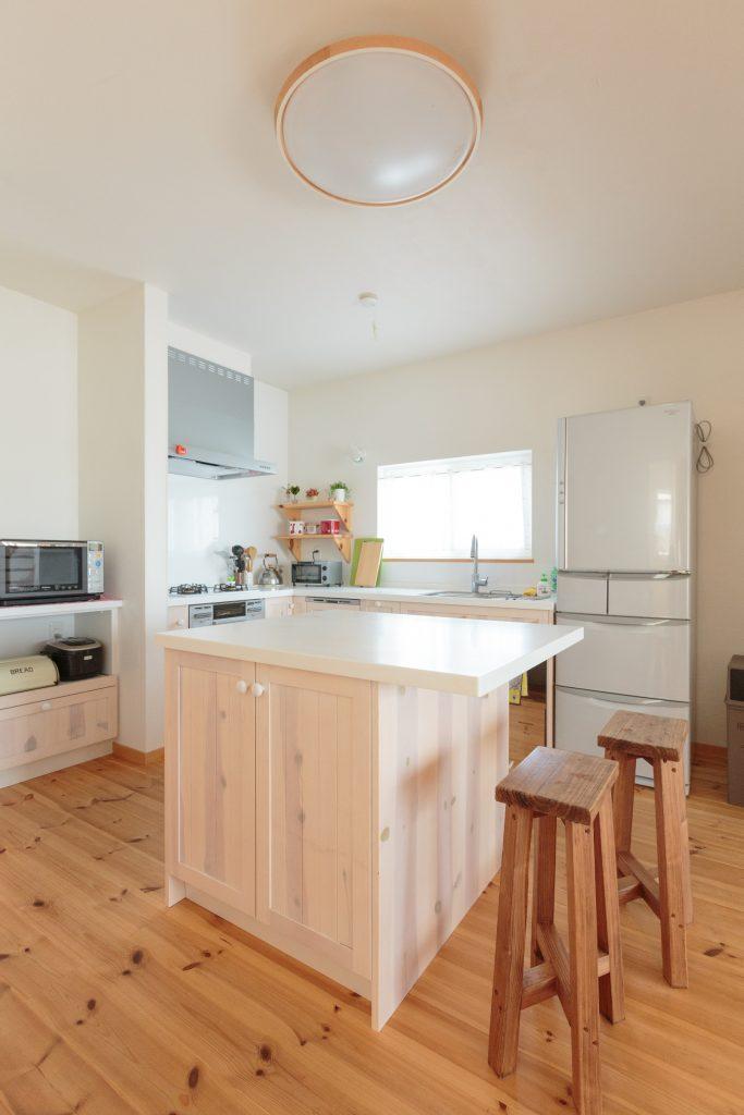 壁付けキッチンとアイランドカウンターを組み合わせたスタイルは、打合せ当初から奥様のこだわり