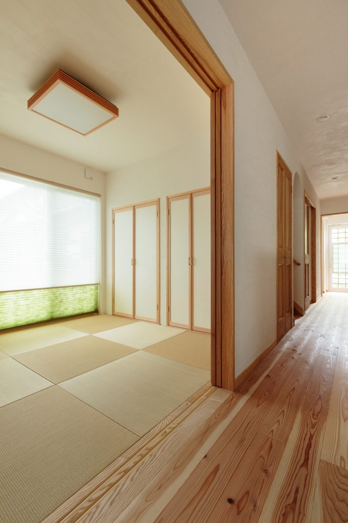 LDKと一続きになった和室は、床座でホッと落ち着く空間