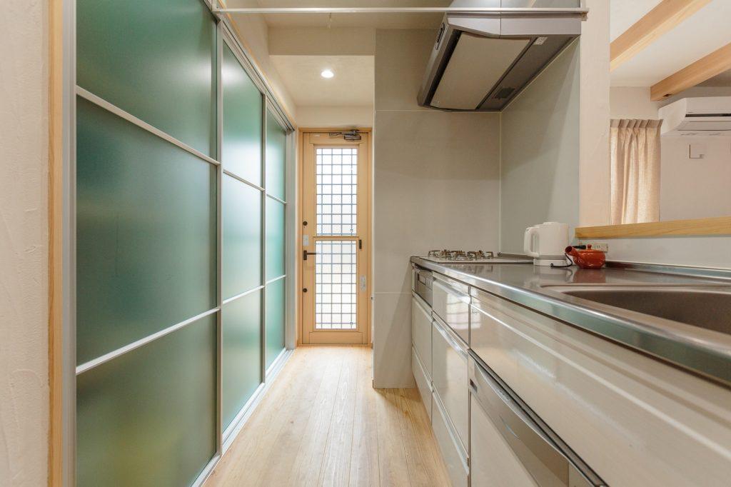 大容量の壁面収納が魅力的なキッチン