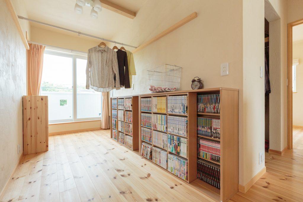 雨の日にも安心な部屋干しスペース いずれはソファを置いて寛ぎのスペースにする予定