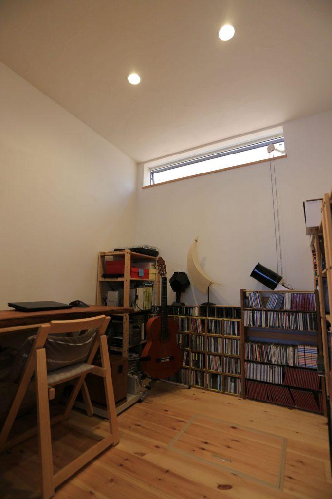 書斎にはご主人の趣味のギターやCDがずらり