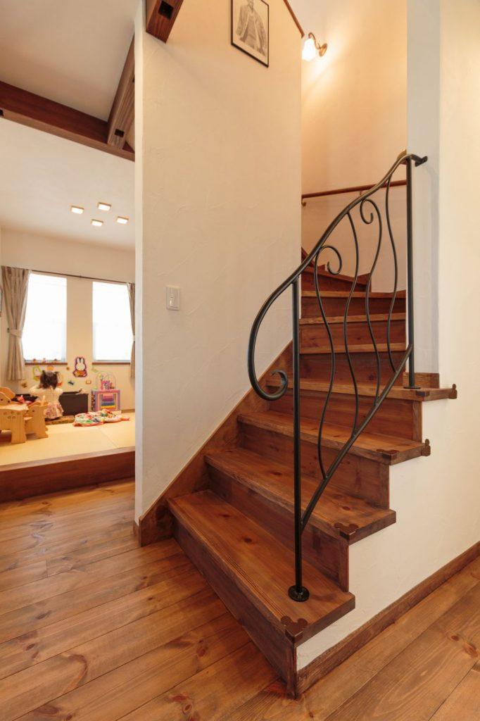 階段はアイアンの手摺がポイントに