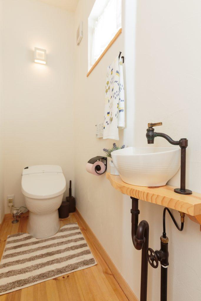 おしゃれな手洗い器があるトイレ