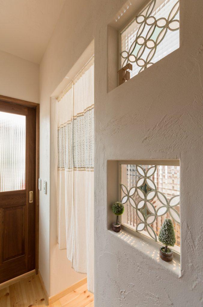 玄関を開けるとすぐ目に入る優しい色合いのステンドグラス