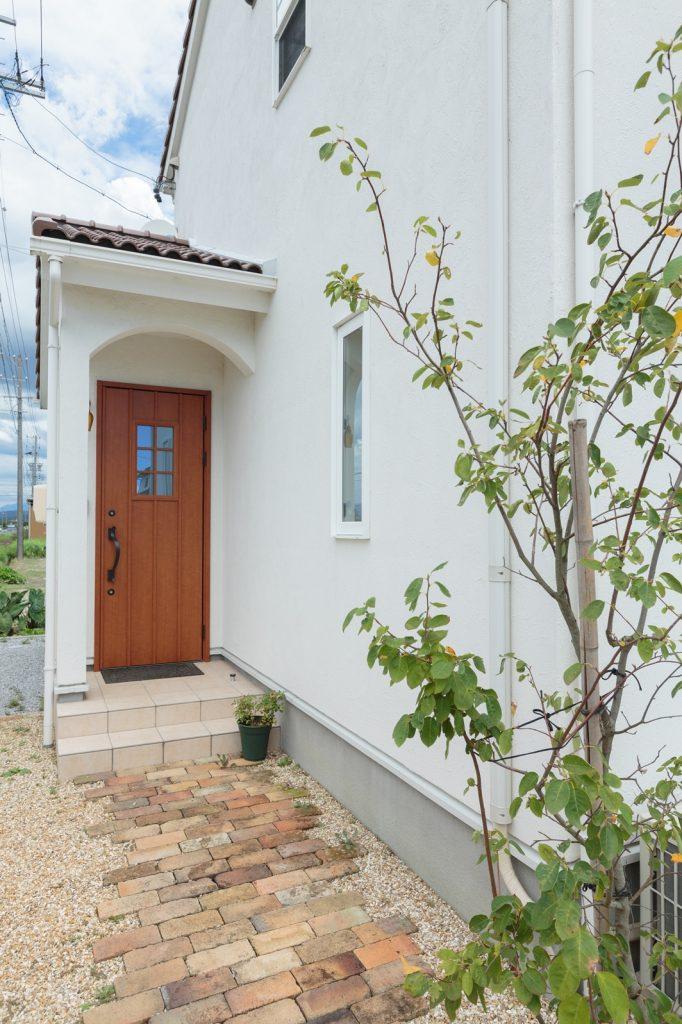 アンティークレンガのアプローチが、玄関へと誘う