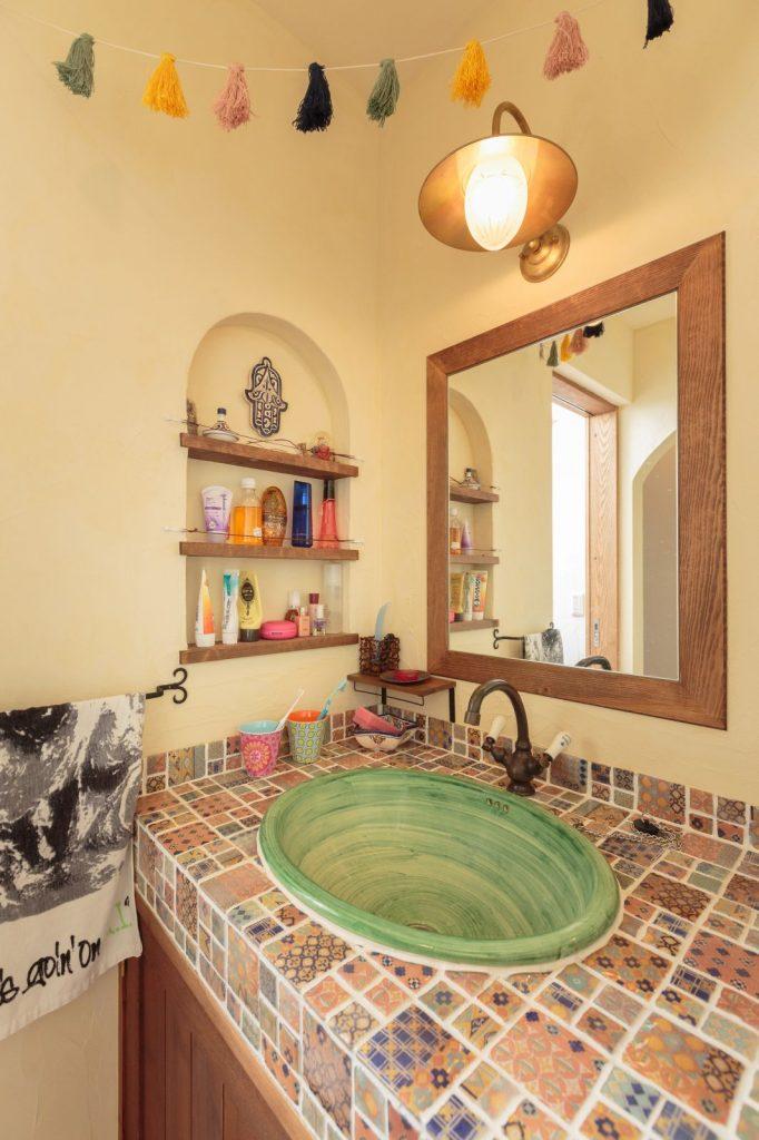 1日に何回も行く洗面は漆喰の塗り壁を明るい色に