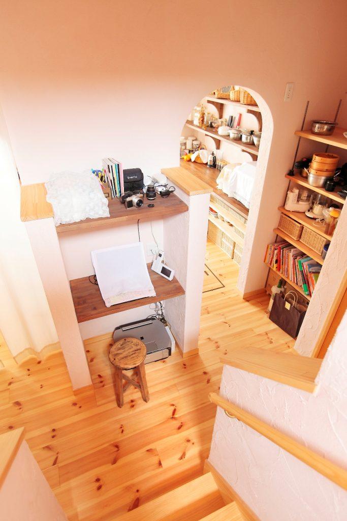 LDKと2階へ続く階段の中間にあるコンパクトスペースにパソコンスペースを設置。