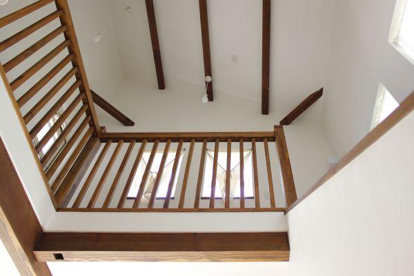 2階廊下の手摺を格子状にしたことで、リビングに明るい陽射しが差し込む