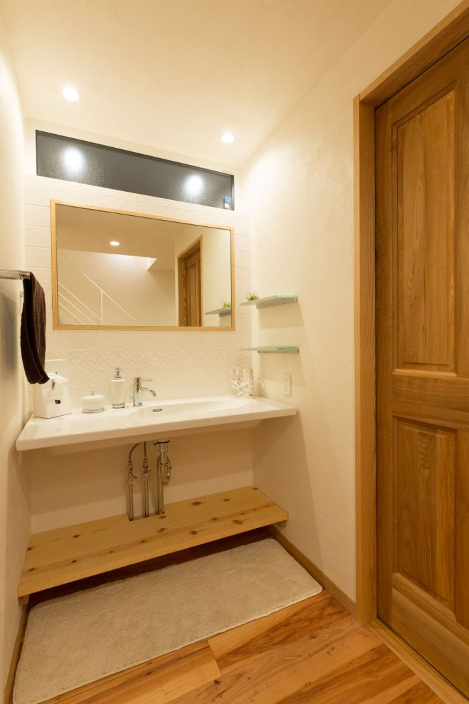 洗面スペースは来客も使いやすいように脱衣室と分離。インテリア効果も大。
