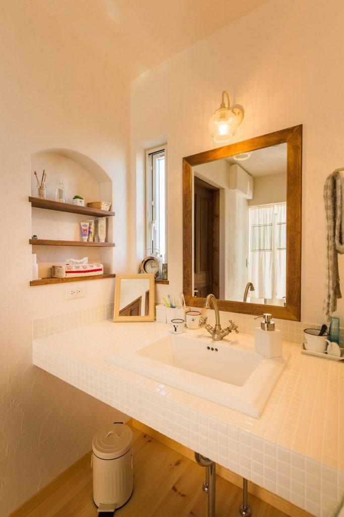 天然木と白色でシンプル&ナチュラルにまとめたオリジナル洗面化粧台
