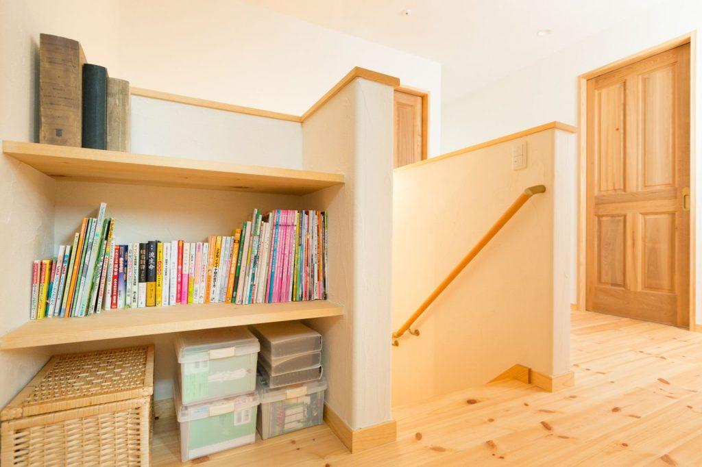 階段横には本棚を設置