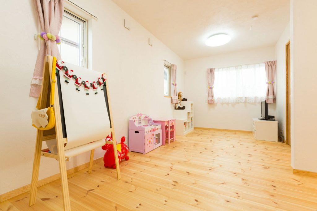 ピンクのカーテンが可愛らしい子ども室
