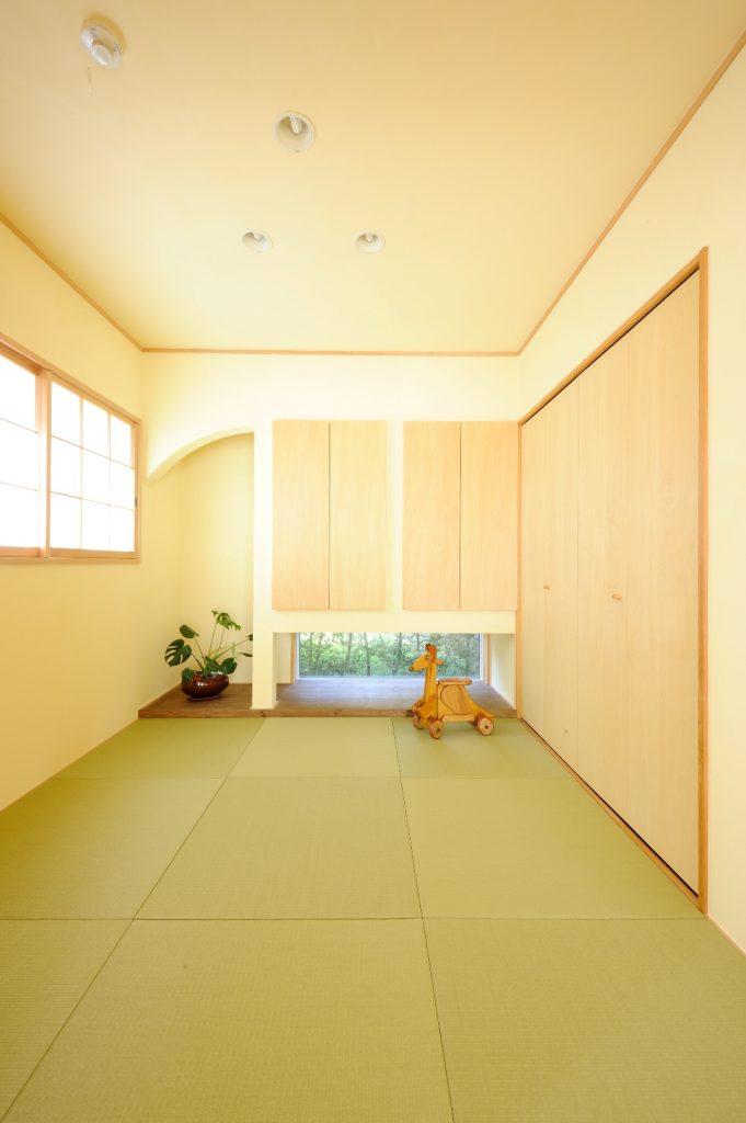 洗練された印象のアーチの垂れ壁や、鮮やかな木々が眺められる地窓など、オシャレなポイントがぎゅっと詰まった和室。