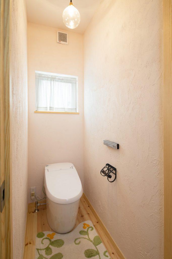 トイレは可愛い照明がポイント