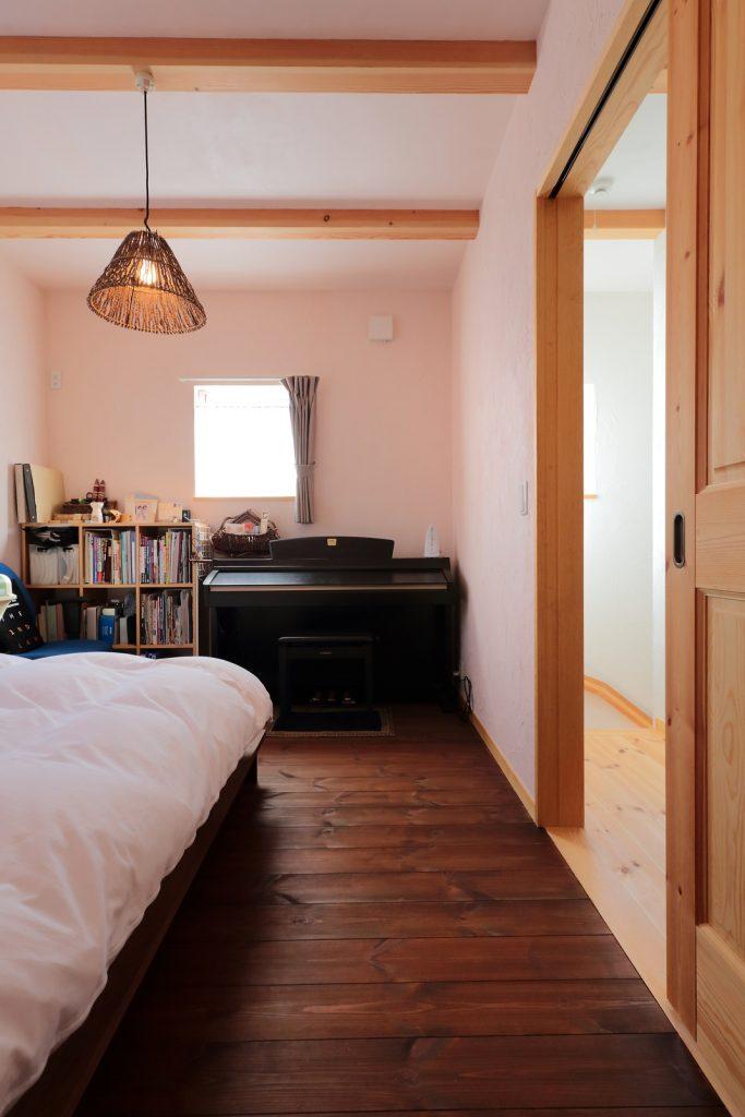 「アポロチョコ」をイメージした個性的な寝室
