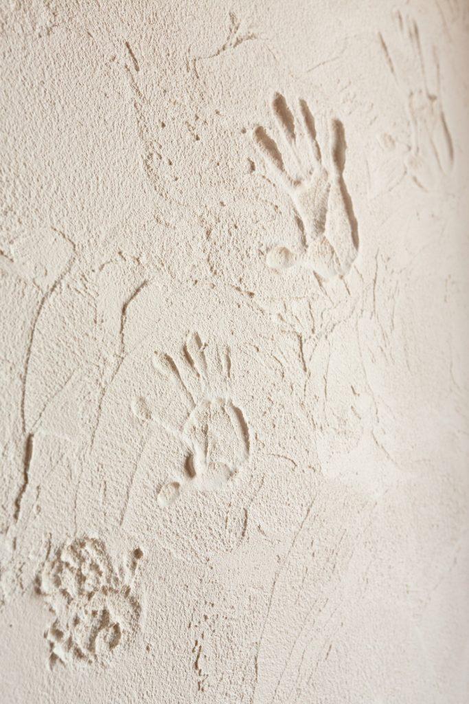 記念にご家族を手形を。こうした事ができるのも塗り壁の魅力