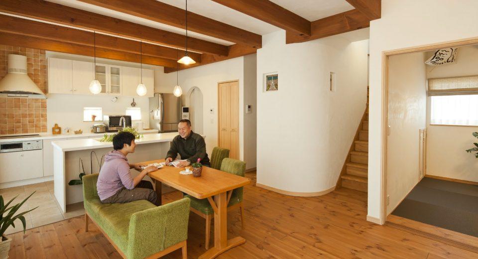 シンプルな南欧風の空間。LDKをはじめ、広々&開放的な居室スペースは必見