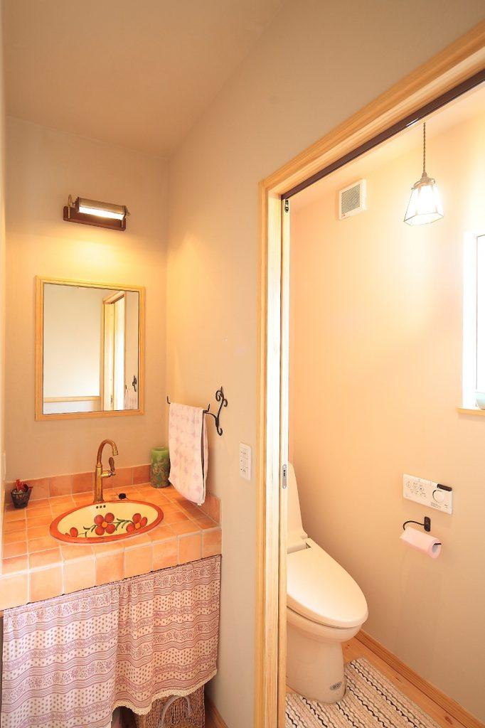 2階のトイレ・洗面台。この家の中にある3ヶ所の洗面台は全て違うデザインをチョイス