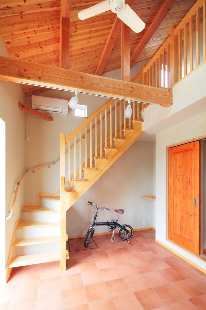 2階の多目的スペースへは、ストリップ階段で