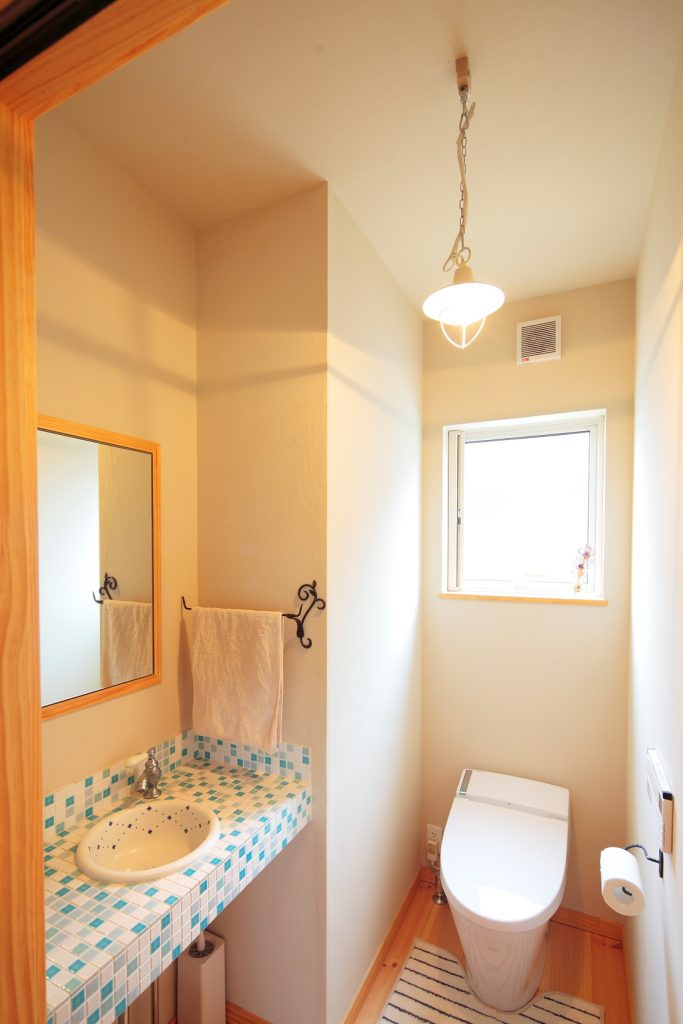 トイレのオリジナル洗面台は爽やかな印象に