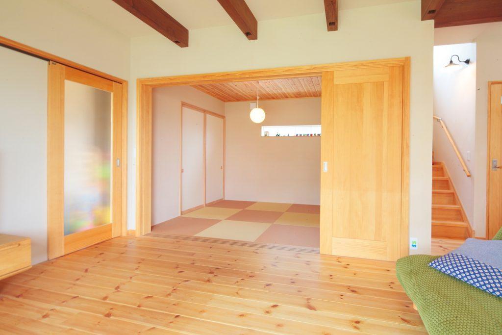 リビングの延長としても活用できる便利な和室