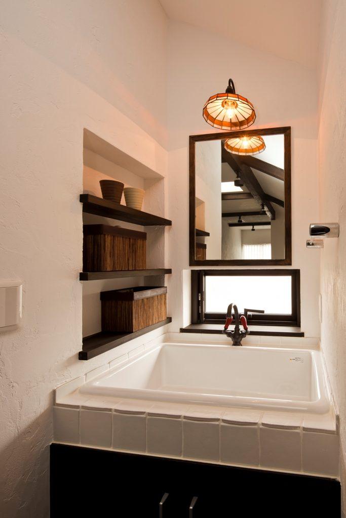 スクエアシンク、タイル、そしてクラシカルな水栓金具で、この家にぴったりの洗面化粧台が完成