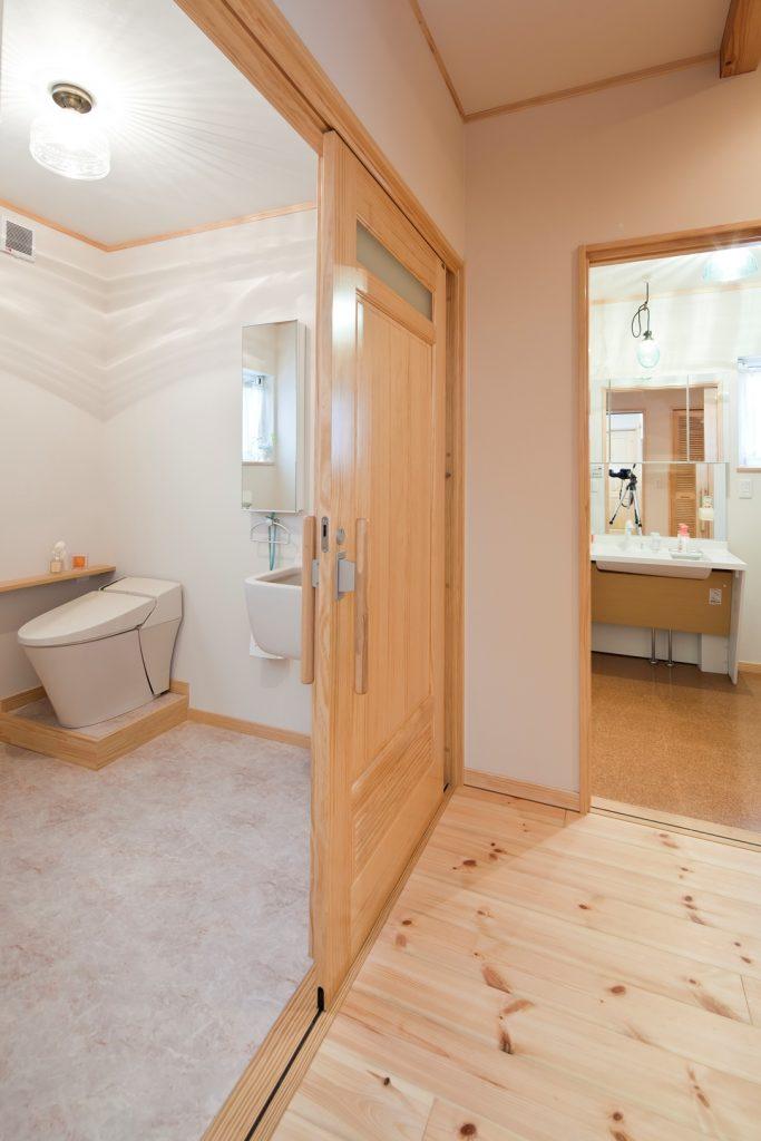 ご両親の部屋のすぐ隣にはサニタリースペースを。床材や広さにも十分こだわって、安心・安全の空間に