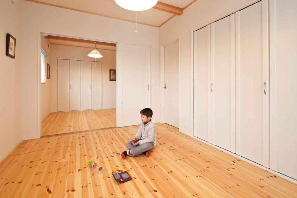 壁と建具の色を白色に統一することにより、さらに明るく、実寸以上に広く感じることのできる空間に。建具で2部屋に間仕切る事も可能