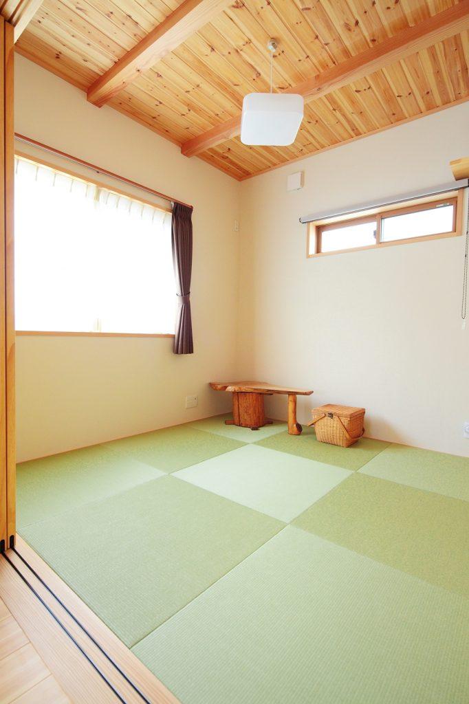 リビング隣にあしらわれた和室スペースは、天井板張りの落ち着きのある空間。