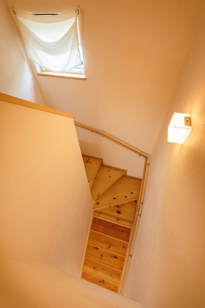 スクエアの照明がお洒落な階段