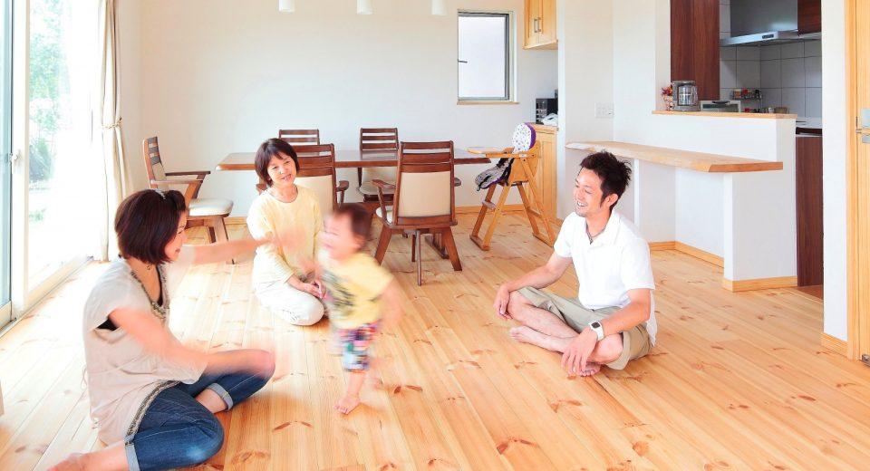 大きなウッドデッキで繋がる、二世帯の最適なコミュニケーション