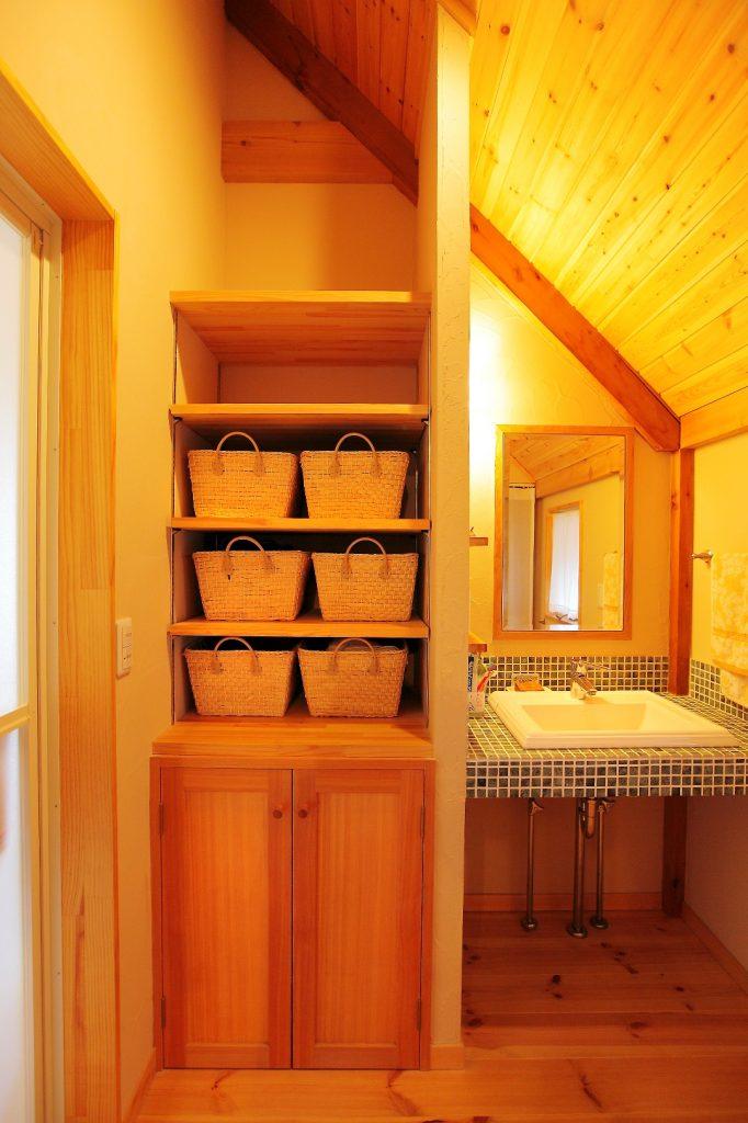 キッチンと同じタイルを使ったオリジナルの洗面化粧台。
