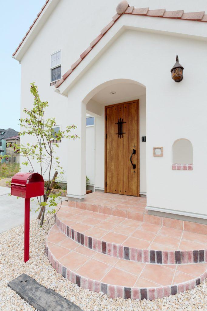 サークル型のポーチタイルが可愛い玄関