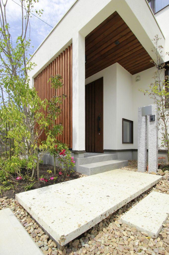 木の香り漂うシンプルな玄関
