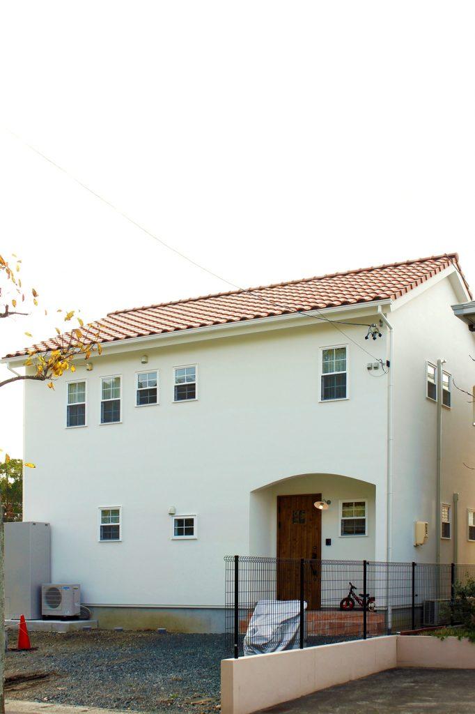 屋根瓦の赤茶色と白色の外壁のコントラストが素敵