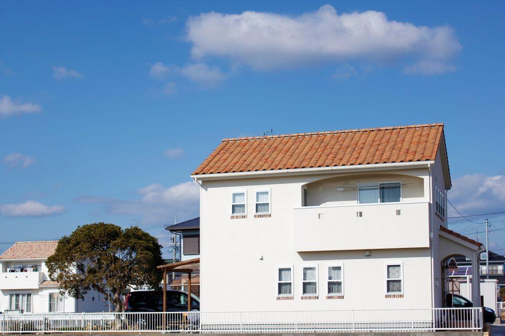 オレンジ色の屋根が印象的な外観